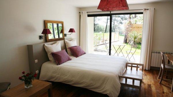 Chambre double avec terrasse teck près de la piscine